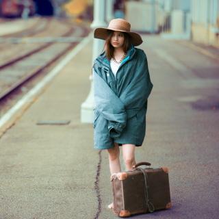 Girl on Railway Station - Obrázkek zdarma pro iPad Air