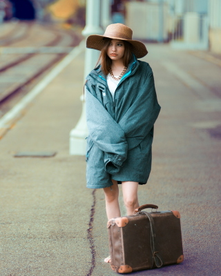 Girl on Railway Station - Obrázkek zdarma pro 768x1280