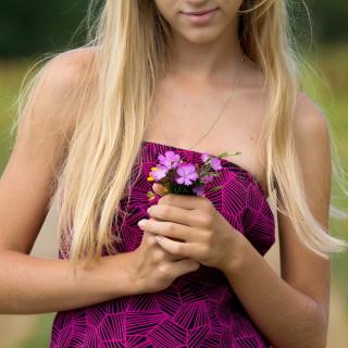 Girl With Flowers - Obrázkek zdarma pro iPad