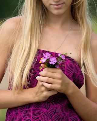 Girl With Flowers - Obrázkek zdarma pro iPhone 6 Plus