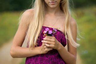 Girl With Flowers - Obrázkek zdarma pro Samsung B7510 Galaxy Pro