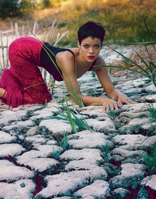 Rihanna Posing - Obrázkek zdarma pro 240x400
