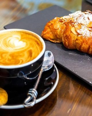 Croissant and cappuccino - Obrázkek zdarma pro iPhone 4