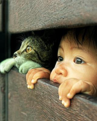 Baby Boy And His Friend Little Kitten - Obrázkek zdarma pro Nokia C2-00