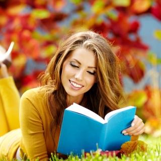 Girl Reading Book in Autumn Park - Obrázkek zdarma pro iPad Air