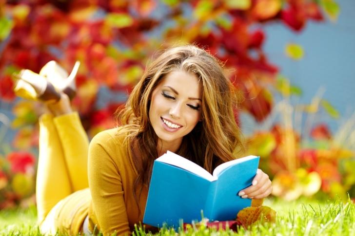 Sfondi Girl Reading Book in Autumn Park