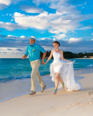 Happy newlyweds at sea - Obrázkek zdarma pro Nokia Asha 203