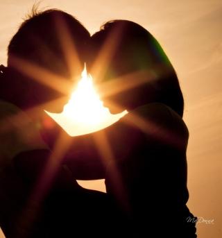 Love Shines Kiss - Obrázkek zdarma pro 1024x1024