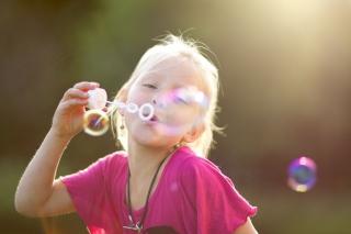 Bubbles And Childhood - Obrázkek zdarma pro Fullscreen 1152x864