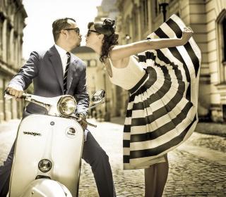 Retro Couple And Vintage Vespa - Obrázkek zdarma pro 1024x1024