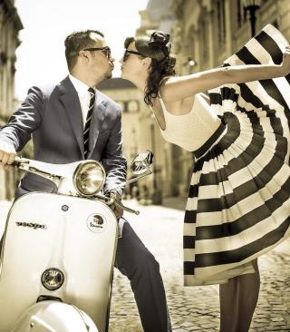 Retro Couple And Vintage Vespa - Obrázkek zdarma pro 352x416