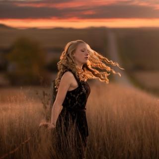 Autumn girl on field - Obrázkek zdarma pro 320x320