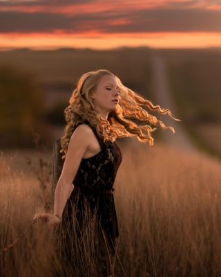 Autumn girl on field - Obrázkek zdarma pro 750x1334