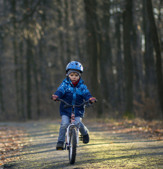 Kostenloses Little Boy Riding Bicycle Wallpaper für iPad 2