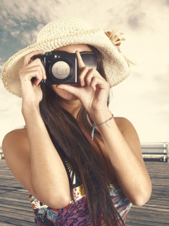 Screenshot №1 pro téma Cute Photographer In Straw Hat 240x320