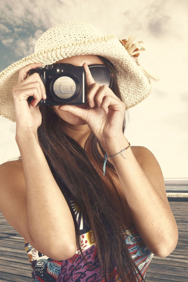 Screenshot №1 pro téma Cute Photographer In Straw Hat 640x960