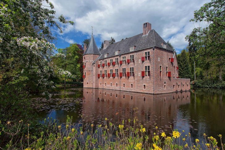 Oude Loo Castle in Apeldoorn in Netherlands wallpaper