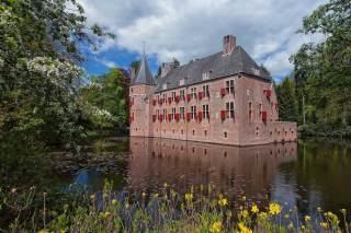 Oude Loo Castle in Apeldoorn in Netherlands Wallpaper for 1400x1050