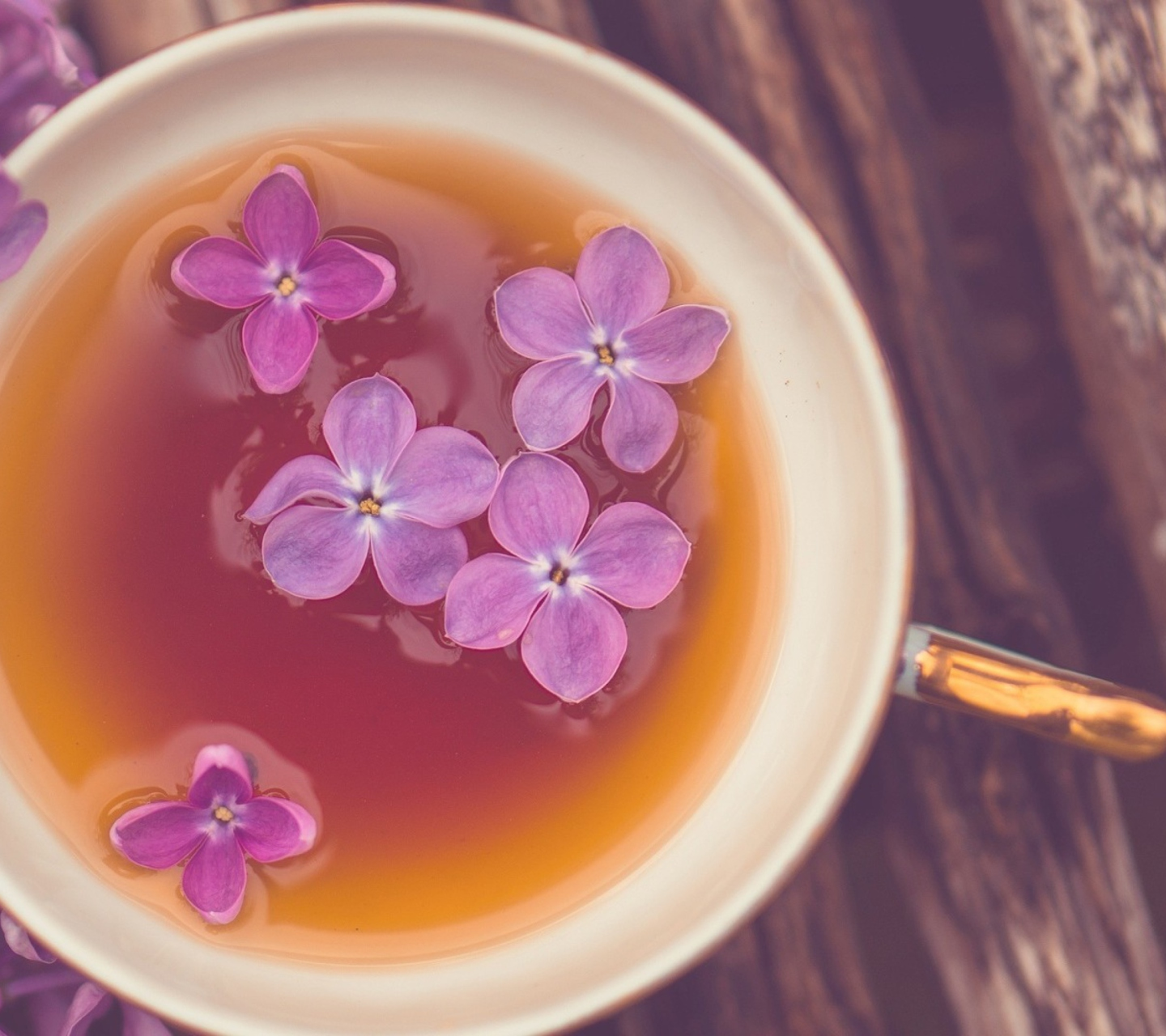 Screenshot №1 pro téma Cup Of Tea And Lilac Flowers 1440x1280