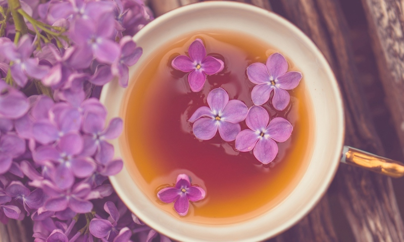 Screenshot №1 pro téma Cup Of Tea And Lilac Flowers 800x480