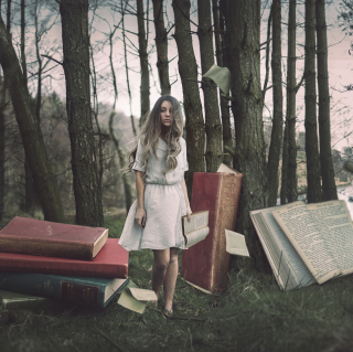 Forest Nymph Surrounded By Books sfondi gratuiti per 1024x1024