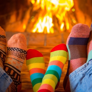 Happy family near fireplace - Fondos de pantalla gratis para 1024x1024