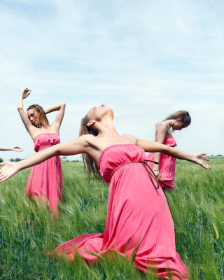 Girl In Pink Dress Dancing In Green Fields - Obrázkek zdarma pro 240x320