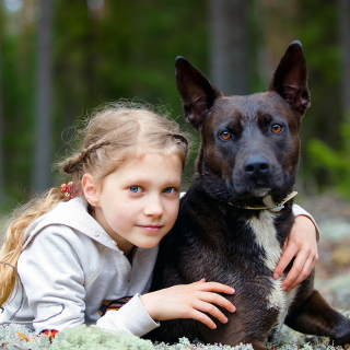 Kostenloses Dog with Little Girl Wallpaper für 1024x1024