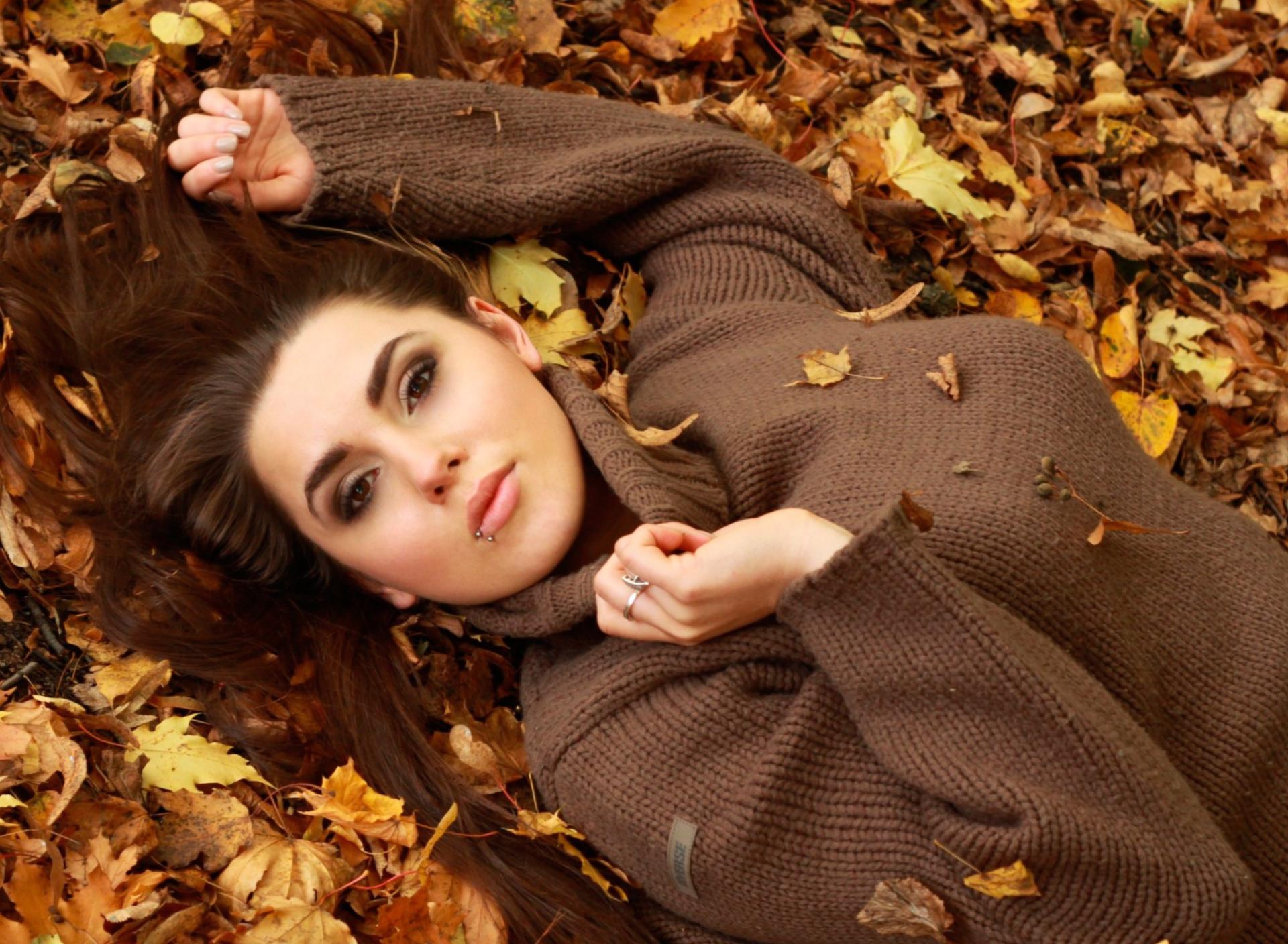 девушка листва осень лес кофта бесплатно