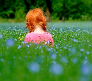 Redhead Child Girl Behind Green Grass sfondi gratuiti per 1024x1024