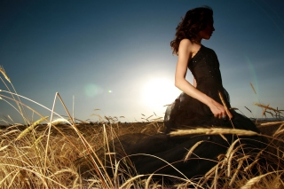 Girl In Black Dress In Fields papel de parede para celular para Fullscreen Desktop 1024x768