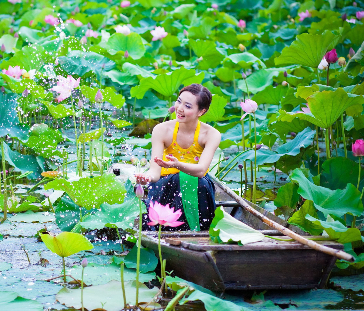 Screenshot №1 pro téma Cute Asian Girl In Boat 1200x1024