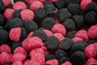 Pink and Black Berries Candies - Obrázkek zdarma