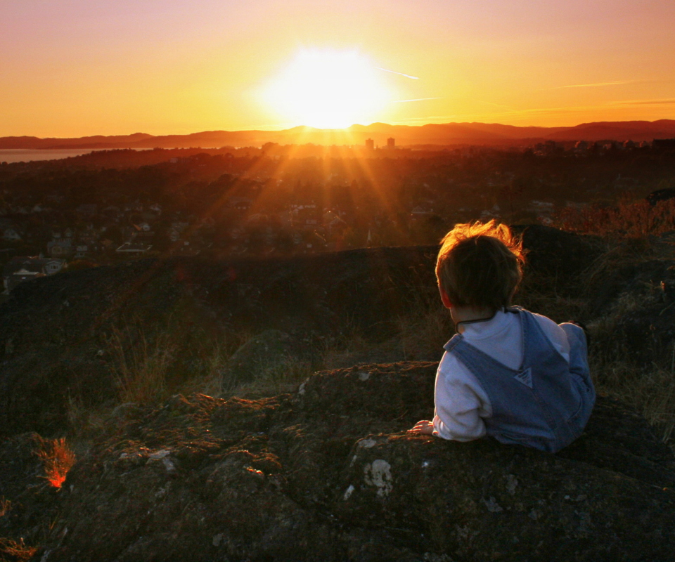 Screenshot №1 pro téma Little Boy Looking At Sunset From Hill 960x800