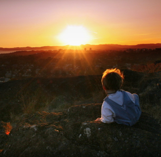 Little Boy Looking At Sunset From Hill - Obrázkek zdarma pro 320x320