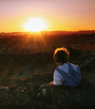 Little Boy Looking At Sunset From Hill - Obrázkek zdarma pro 640x960
