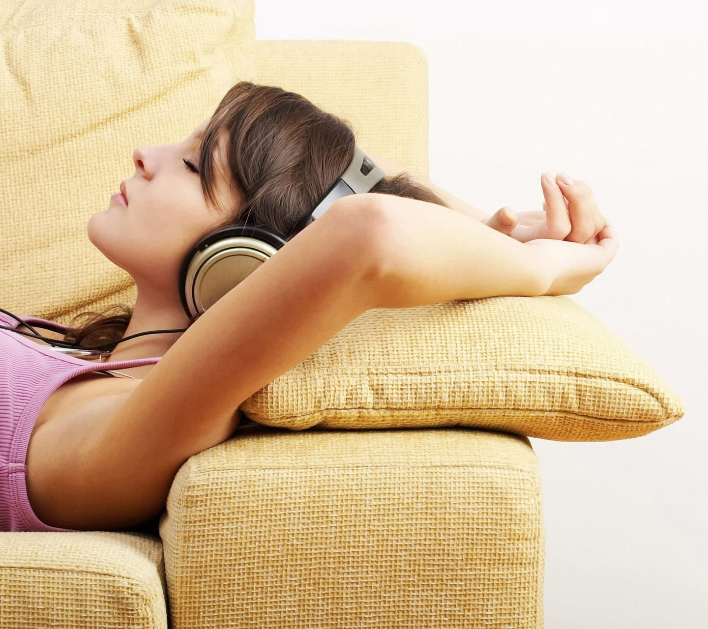 Обои Relax in Headphones 1440x1280