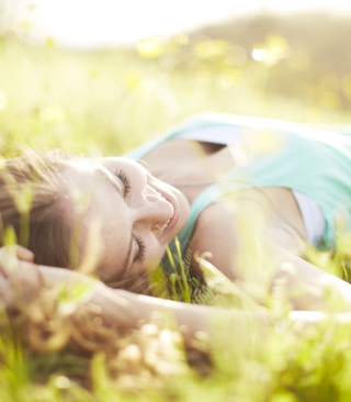 Kostenloses Happy Girl Lying In Grass In Sunlight Wallpaper für 640x1136