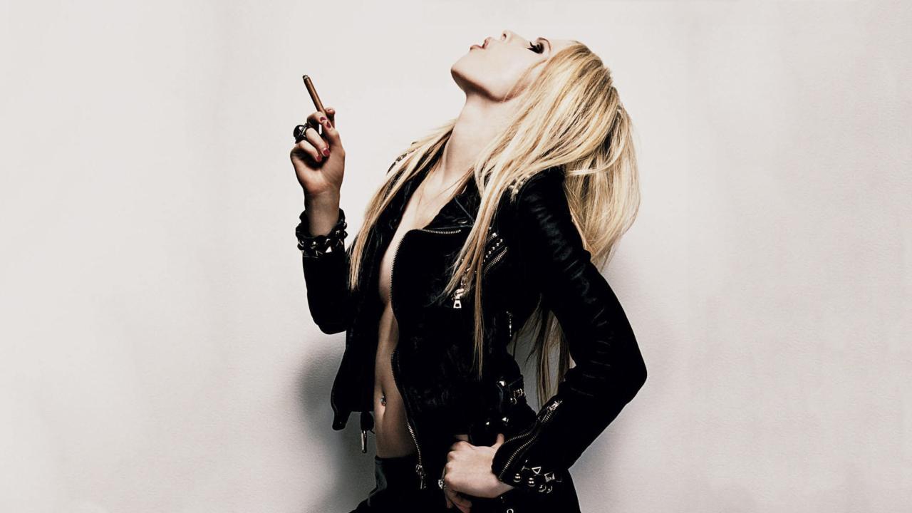 Avril Lavigne Smoking