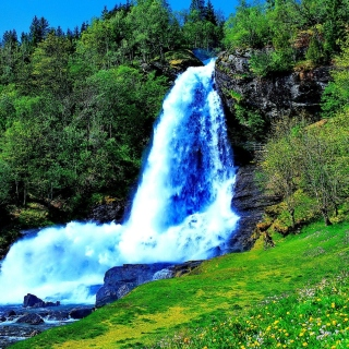 Kostenloses Waterfall Trekking in the mountains Wallpaper für iPad 2
