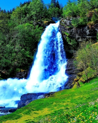 Waterfall Trekking in the mountains sfondi gratuiti per iPhone 6 Plus