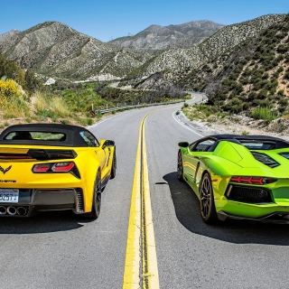 Kostenloses Chevrolet Corvette Stingray vs Lamborghini Aventador Wallpaper für iPad mini