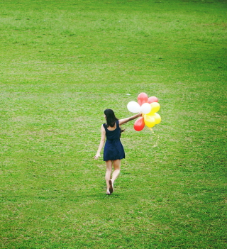 Girl With Colorful Balloons In Green Field - Fondos de pantalla gratis para iPad 2