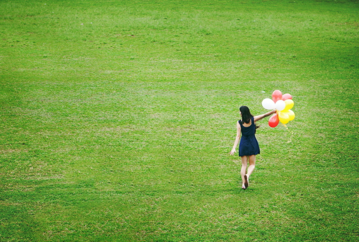 Screenshot №1 pro téma Girl With Colorful Balloons In Green Field