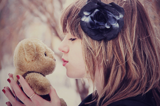 Girl Kissing Teddy Bear sfondi gratuiti per cellulari Android, iPhone, iPad e desktop