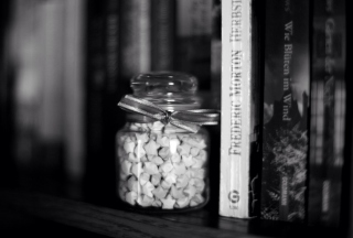 Kostenloses Black And White Candies Jar Wallpaper für 2560x1600