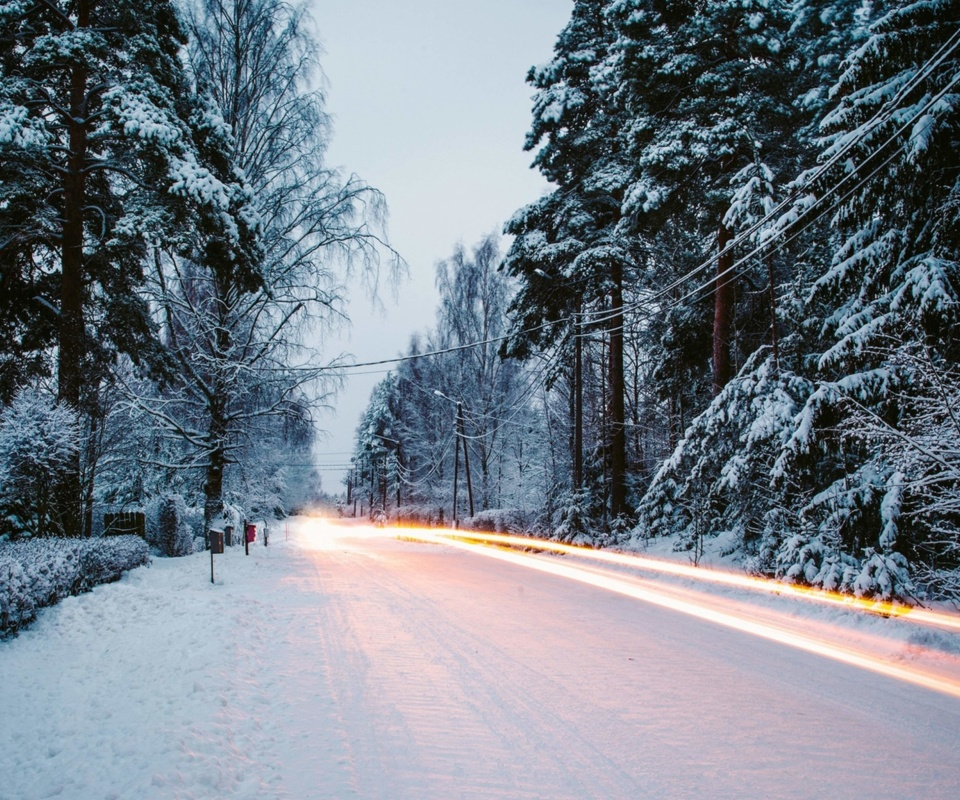 Snowy forest road screenshot #1 960x800