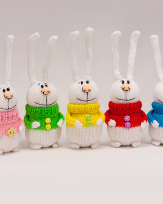 Kostenloses Knitted Bunnies In Colorful Sweaters Wallpaper für iPhone 5