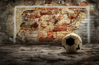 Ball In Front Of Brick Wall - Obrázkek zdarma