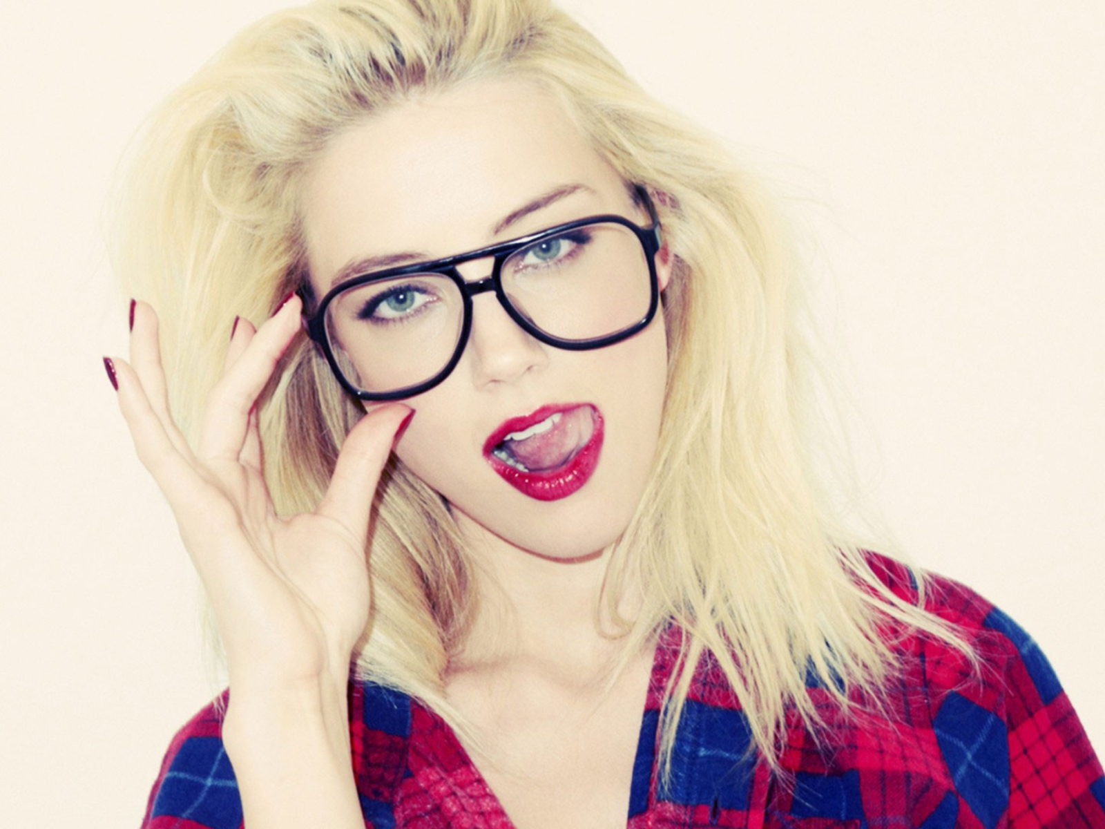 oral-satisfaction-hot-blonde-glasses-builders
